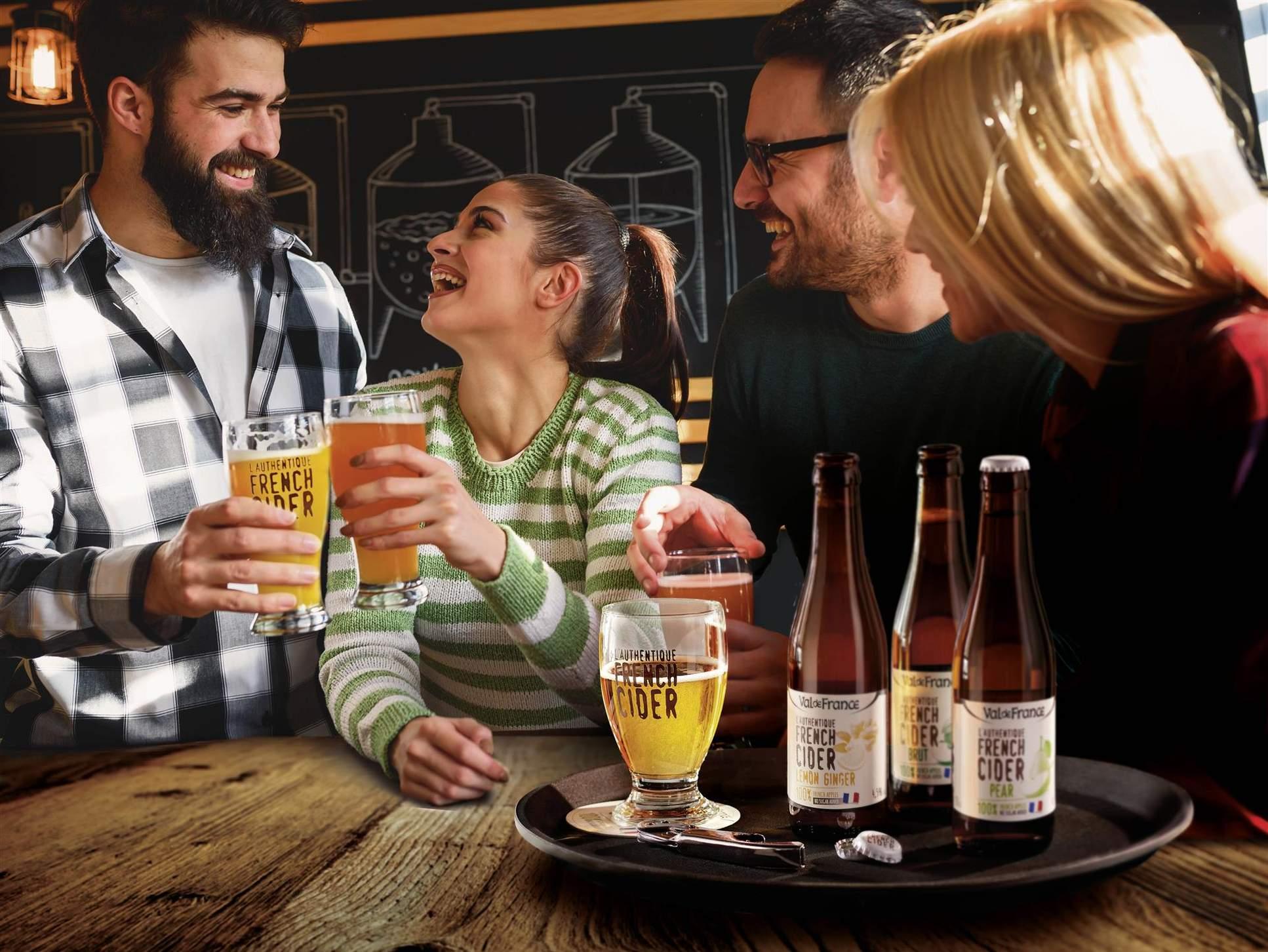 vier junge Leute beim tasting